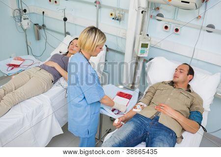 Krankenschwester, die auf der Suche nach einem gesamte Patienten im Krankenhaus