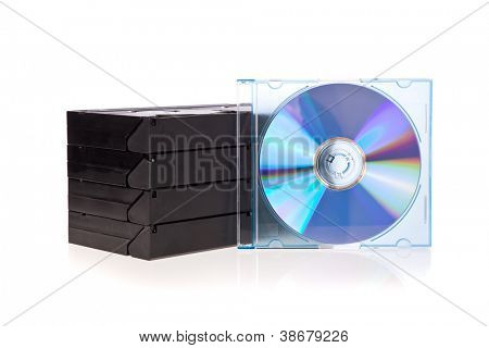 Alten Video-Kassetten mit einer DVD, isolated on white background