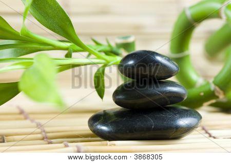 Balancierende Kiesel mit Bambus