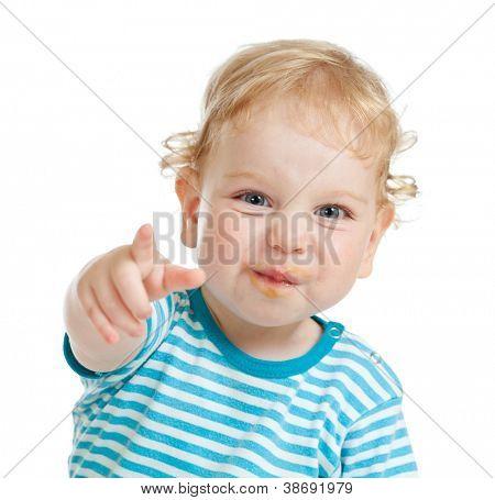 lustige lockig Kind mit schmutzigen Lippen durch Finger direkt auf Kamera zeigt