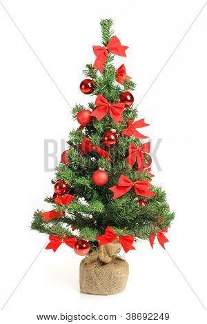 Árbol de Navidad con adornos rojos, aislado en blanco