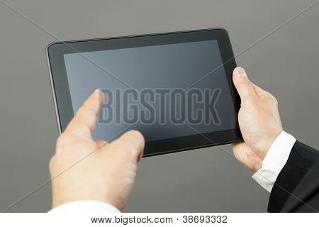 Uma imagem de um homem de negócios bonito apontando para seu tablet pc