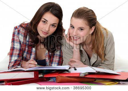 Zwei Mädchen zusammen überarbeiten
