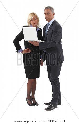Reifen Kaufmann stehend mit Laptop und weiblichen Gegenstück