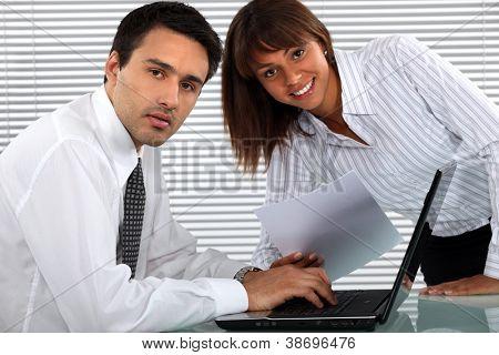 Zwei junge Geschäftsleute alle Arbeitszeiten Projekt zu beenden