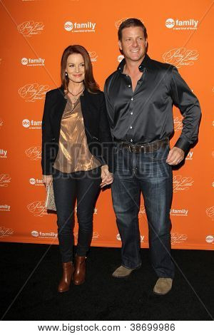 """LOS ANGELES - OCT 16:  Laura Leighton, Doug Savant arrives at  """"Pretty Little Liars"""" Special Halloween Episode Screening at Hollywood Forever Cemetery on October 16, 2012 in Los Angeles, CA"""