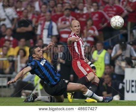 MADRID, SPAIN. 22/05/2010. Munich's midfielder Arjen Robben crosses the ball as he is tackled by Milan's Lucio during the  Champions League final. played in The Santiago Bernabeu Stadium, Madrid.