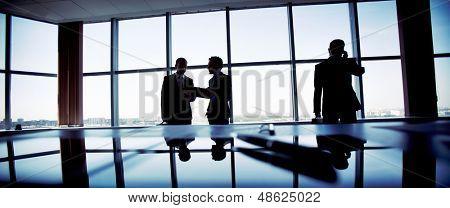 Pessoas de negócios, passar um dia normal no escritório, apenas silhuetas sendo reconhecíveis