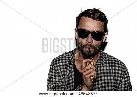 homem fumando usar óculos de sol de e-cigarro
