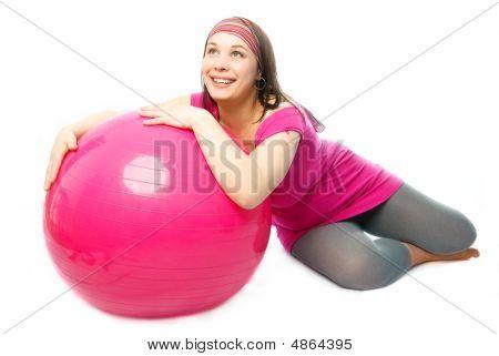 Glückliche schwangere Frau mit einem Fitness-Ball