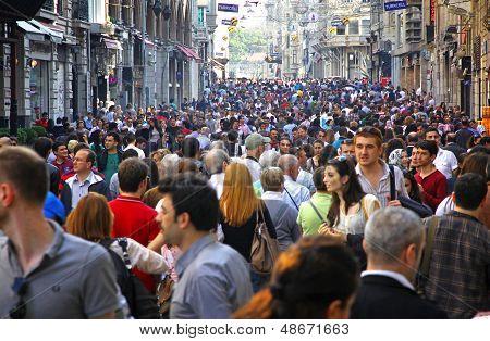 Pessoas andando na Rua Istiklal, em Istambul