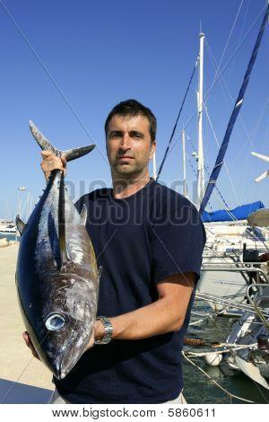 Pescador pesca desportiva atum no Mediterrâneo