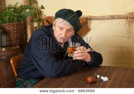 Scotsman divertido beber Whisky