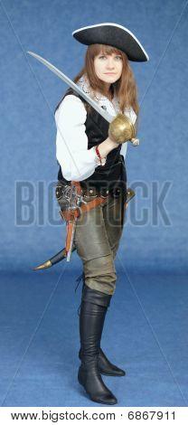 Hermosa mujer en traje de pirata sobre fondo azul