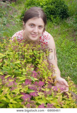 Chica con Spiraea en jardín