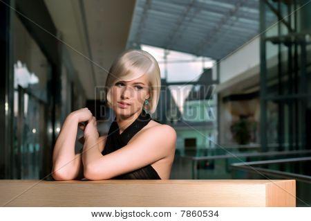 schönes Mädchen warten in einem Shopping-Center