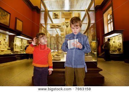 Niño y niña en excursión en el Museo histórico