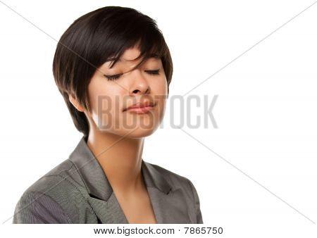 Chica bonita multiétnica en la cabeza con los ojos cerrados