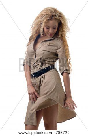 Mujer en un vestido de color caqui