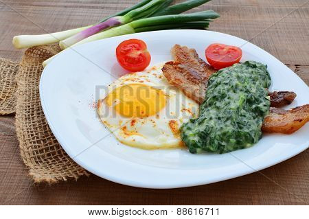 Fried Egg With Creamed Spinach And Bacon