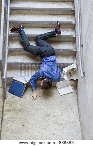 Mann, die Treppe hinunter fallen