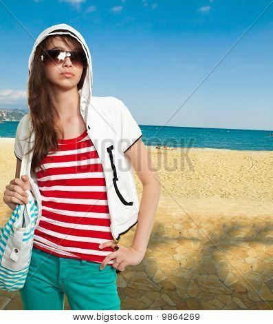 Stilvolle Teenager auf einem Ufer
