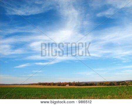 Landhaus unter dem großen blauen Himmel
