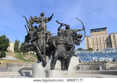 Monument to the founders of Kiev on Independence square