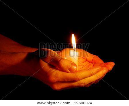 la vela en una mano