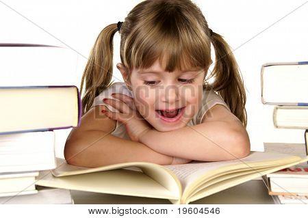 Una niña feliz leyendo un libro