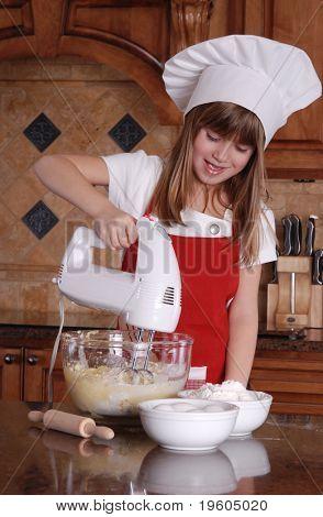 Una linda chica joven mezcla mezcla para pastel de cupcakes