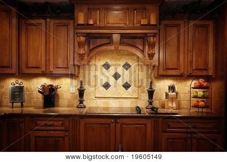 Eine niedrige Licht Foto einer warmen schönen Küche