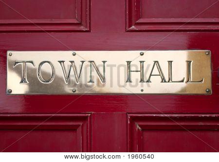 Ayuntamiento de latón letrero en una puerta.
