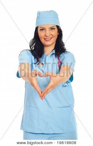 Doutor mulher formando a forma do coração