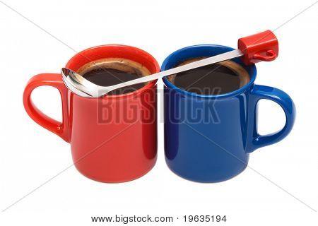 blau rote Ende Tassen von Kaffee auf weißem Hintergrund