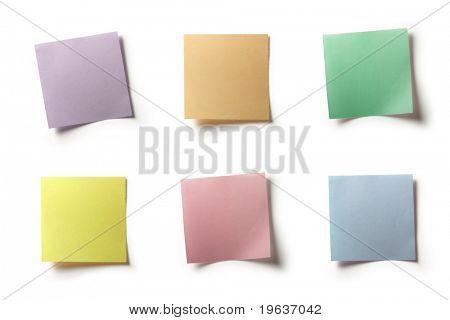 Tamaño foto compuesta de varias notas colores (tonos pastel). Aislado en el ingenio de fondo blanco