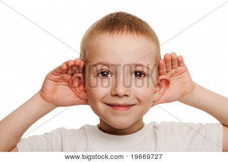 Criança escuta