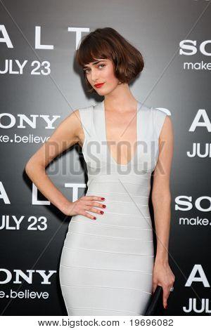 """LOS ANGELES - 19 de JUL: Olya Zueva llega en el estreno de """"Sal"""" en el teatro chino de Grauman en Jul"""