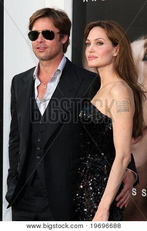"""LOS ANGELES - 19 de JUL: Brad Pitt & Angelina Jolie llegan en el estreno de """"Sal"""" en chino de Grauman"""