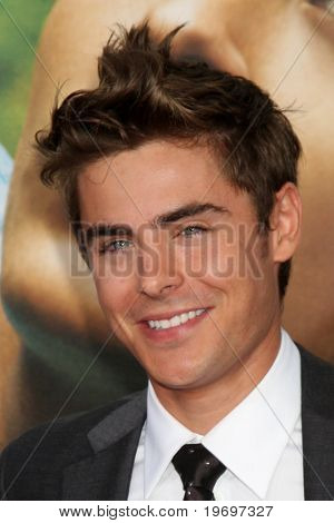 LOS ANGELES - JUL 20:  Zac Efron arrives at the