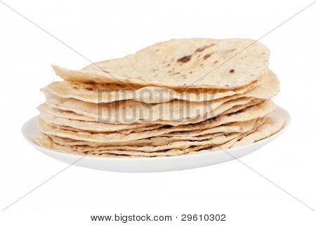 pila de pan plano aislado en un plato sobre fondo blanco