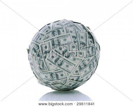 Uma esfera composta de notas de cem dólares EUA sobre um fundo branco com reflexão