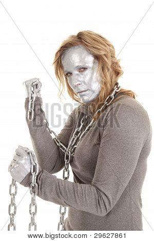 Mujer de plata con cadena