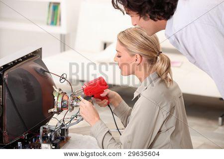 Frau Reparatur Fernseher