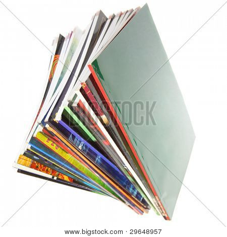 Haufen von bunten Zeitschriften isolated over white background