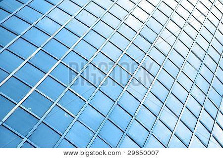 Fenster des Neubaus in blau getönt