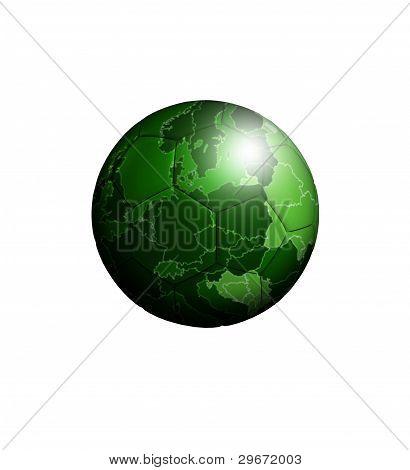 Balón de fútbol con el mapa verde Europeo sobre blanco