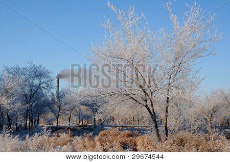 Winterlandschaft und Rauchen Schornstein