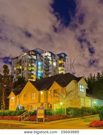 Fantástica vista de un barrio de la noche. Casas en los suburbios en Vancouver, Canadá
