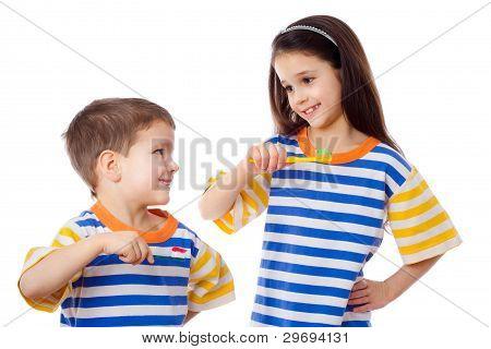 Niños sonrientes cepillarse los dientes